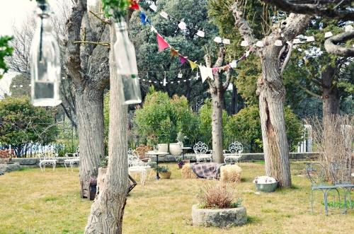 Jardín decorado guirnaldas alpacas flores