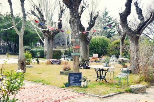Jardín decorado con guirnaldas