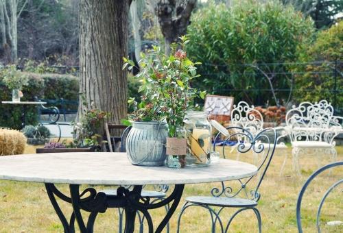 Mesa adornada con botes de cristal y flores