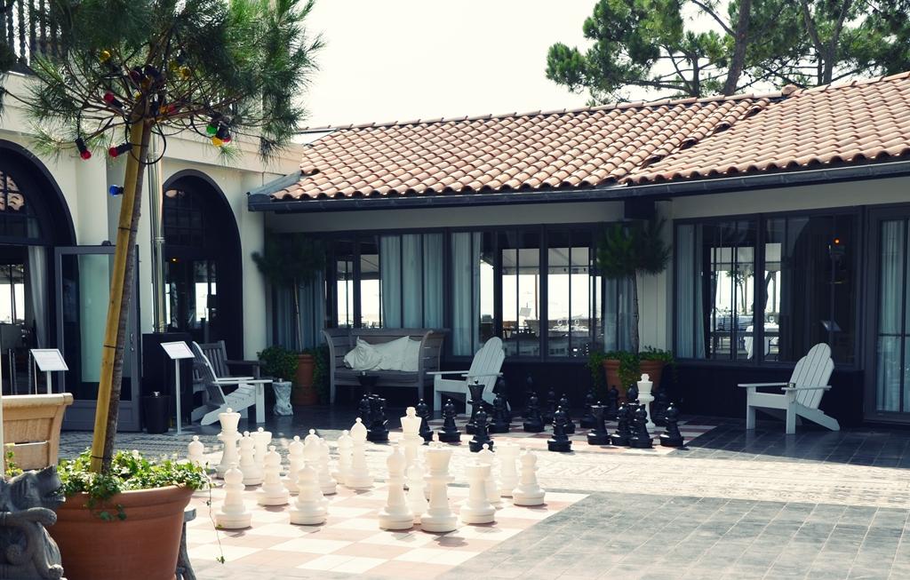 Ajedrez gigante hotel la co o rniche for Ajedrez gigante jardin