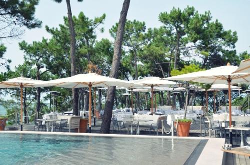 Hotel La Coorniche mesas entre el pinar