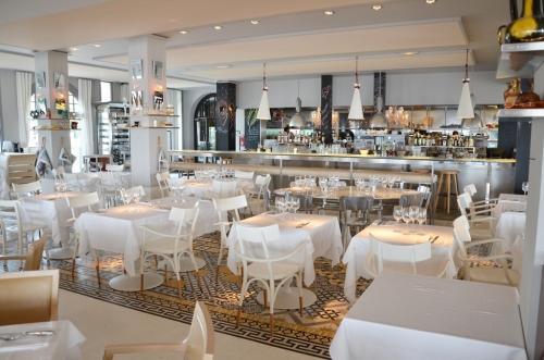 Hotel La Coorniche mesas restaurante interior