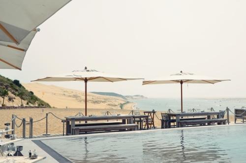 Hotel La Co(o)rniche Pyla-sur-Mer mesas junto a la piscina