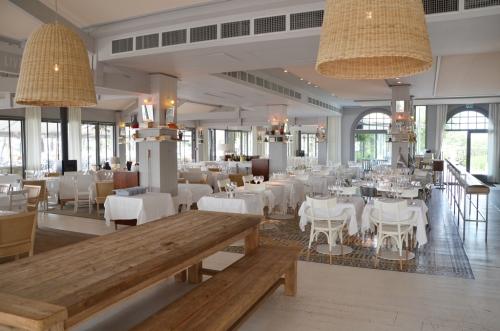 Hotel La Coorniche restaurante salón interior