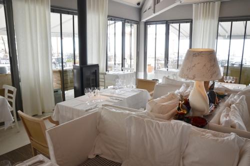 Hotel La Coorniches mesas con sofás en el restaurante