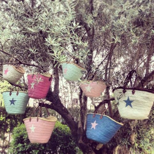 El Mercado de la Vida capazos pintados con estrella