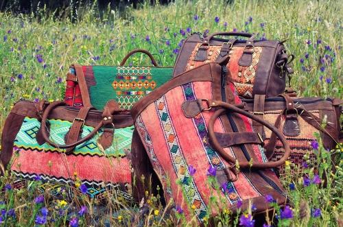 Bolsas de viaje de kilim de El Mercado de la Vida en el campo florecido