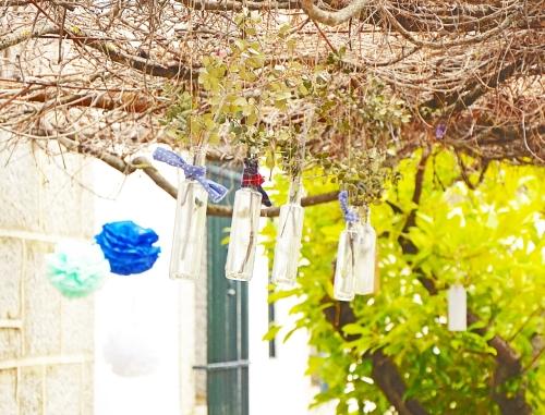 Botellas colgantes adornando el porche