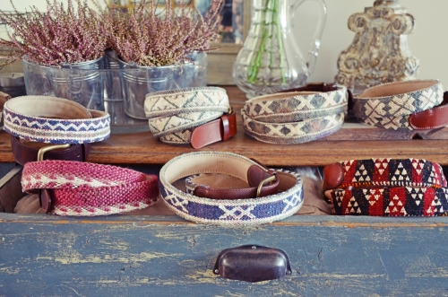 Cinturones de El Mercado de la Vida sobre mostrador azul