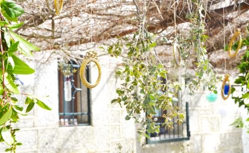 Marcos dorados y ramos adornando el porche