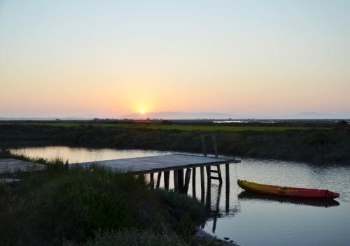 Cabanas no Rio Comporta muelle puesta de sol