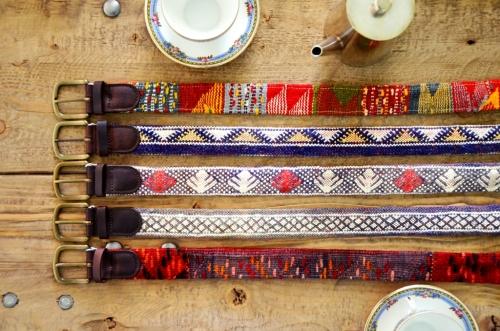 CInturones Ethnos El Mercado de la Vida otoño mesa madera