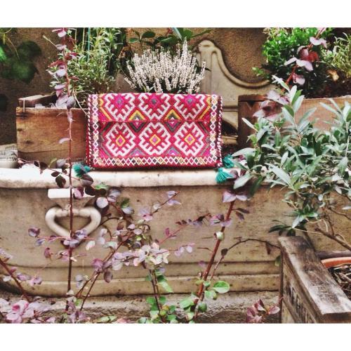 Bolso Coussin de EMV en el jardín Federica & Co
